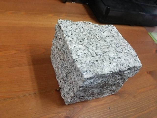 白御影ピンコロ石